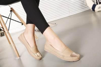 Sepatu atau Sandal Datar