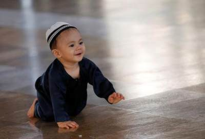 Gemas Lihat Anak Ikut Ibadah? Ini Tips Mengajari Balita Shalat