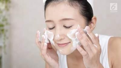 Gunakan Cleanser yang Lembut dan Berbahan Aman