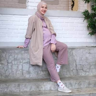 Ragam Inspirasi Fashion Ibu Hamil Agar Tetap Fresh Di Kantor