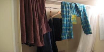 Hindari Menggantung Pakaian Di Kamar Mandi