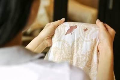 Sulit Hilangkan Noda Darah Haid di Celana dan Sprei? Coba 6 Tips Ini, Moms