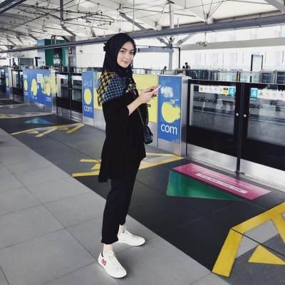 Hijab Hitam Bermotif