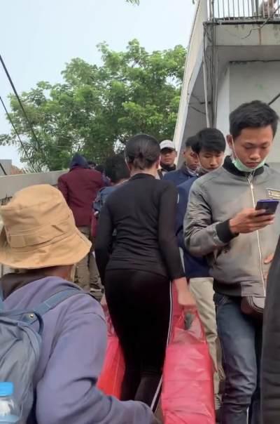 Dibilang Pencitraan, Ini Jawaban Awkarin Bagikan 3000 Nasi Kotak ke Pendemo di DPR