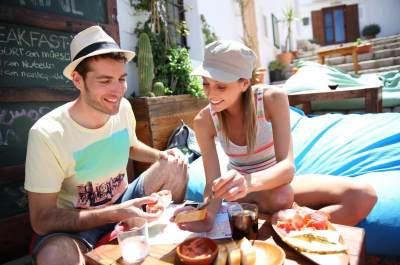 6 Jenis Makanan dan Minuman yang Harus Dihindari Saat Traveling