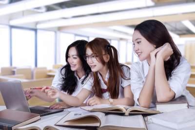 Kebutuhan Sekolah Anak Perempuan Jaman Dulu VS Masa Kini, Beda Banget!