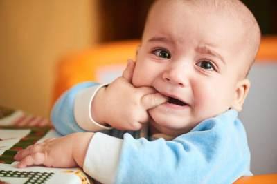 Atasi Bayi Rewel Karena Tumbuh Gigi dengan 4 Cara Ini, Moms