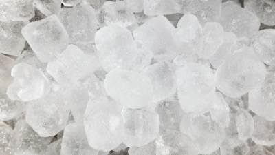 Es batu yang terbuat dari air mentah terlihat keruh
