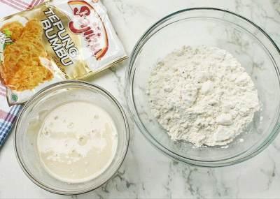 Buat dua adonan tepung: basah dan kering