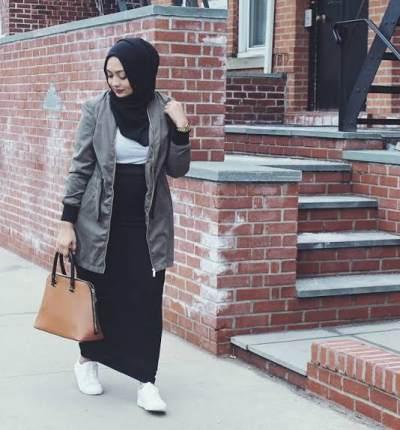 Tampil Unik dengan Sneaker dan Maxi Skirt untuk Moms yang Berhijab