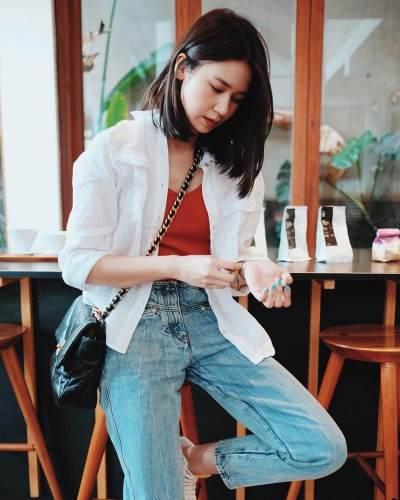 5. Outfit santai dengan mengenakan jeans