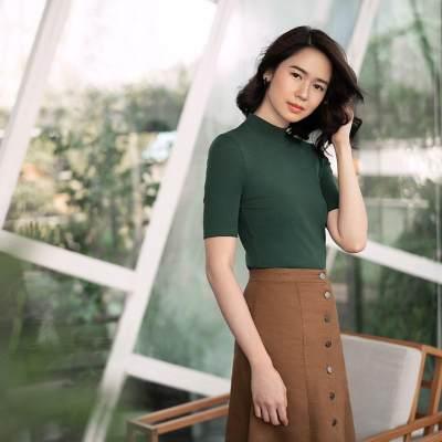 6. Menampilkan sisi feminim dengan baju berwarna hijau