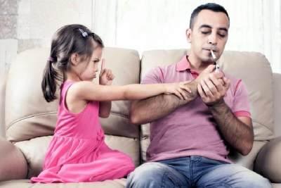 Viral Ayah Sembur Asap Rokok Ke Wajah Anak, Ini Bahayanya Untuk Si Kecil