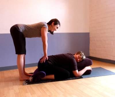 3 Manfaat Penting Prenatal Couple Yoga Bersama Suami