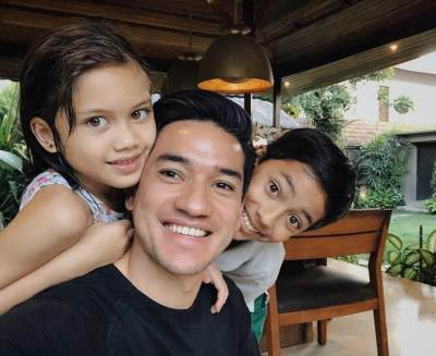 Serunya Gaya Andrew White Mengurus 2 Anak Saat Nana Mirdad Tak Di Rumah
