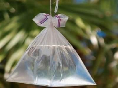 3. Menggunakan plastik berisikan air