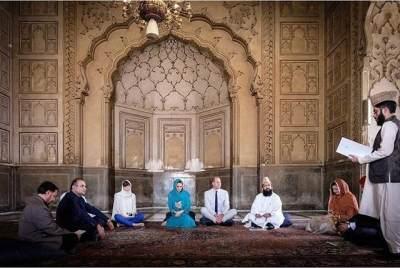 Pesona Anggun Kate Middleton yang Berkerudung Saat Kunjungi Masjid di Pakistan