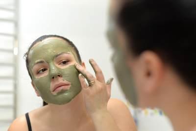 2. Memakai masker dan scrub