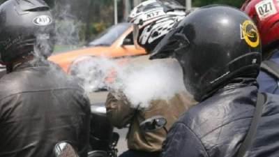 Bahaya Merokok Sambil Berkendara, Pria Ini Sakit Mata 3 Minggu Akibat Bara Rokok