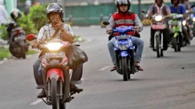 Larangan Merokok Sambil Berkendara