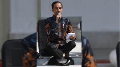 3 Kelakuan Jokowi yang Juga Viral Selain Gaya Duduk Silang