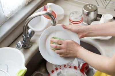 Tahukah Moms, Mencuci Piring Bisa Kurangi Stres dan Depresi Loh!