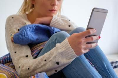 Waspadai Bahaya Ketergantungan Handphone! Ini Cara Tepat Mengatasinya