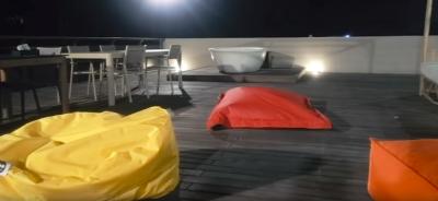 7. Jacuzzi dan Bean Bag di Rooftop