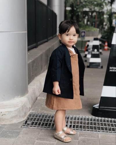 10 Potret Stylish Alita, Anak Alice Norin yang Kecil-kecil Jago Pose di Depan Kamera