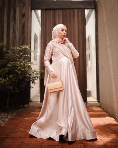 3. Tampil anggun dengan dress berwarna soft pink