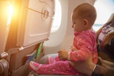 Keluarga Ini Tulis Permintaan Maaf dan Bagikan Snack Karena Takut Anaknya Nangis di Pesawat