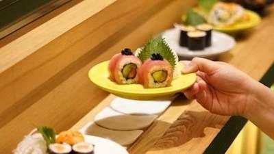 1. Dilarang menggunakan tangan untuk menangkap makanan yang jatuh