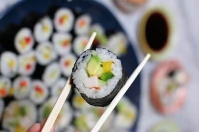 5. Jangan gunakan ujung sumpit untuk mengambil makanan dari piring saji