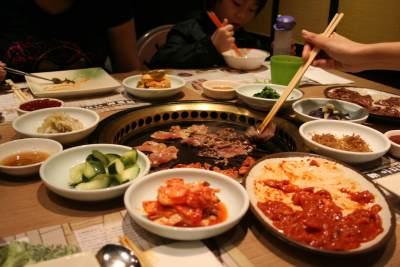 Pecinta Kuliner, Ini 5 Etika Makan Saat Menyantap Makanan di Korea
