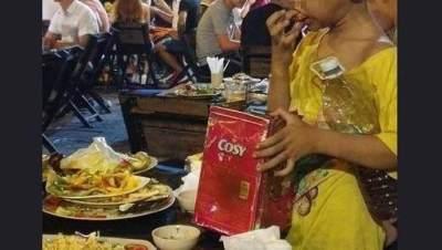 Makan Sisa Makanan Pengunjung