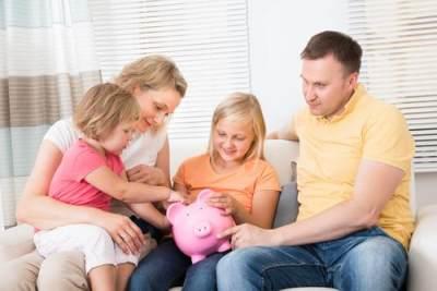 Moms, Kenali Perbedaan Suami Hemat dan Pelit Yuk!