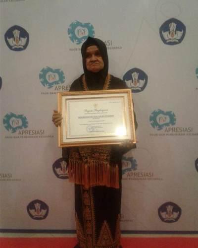 Sukses Kuliahkan Anak Hingga Ke AS, Ibu Pedagang Sayur Raih Penghargaan dari Kemdikbud
