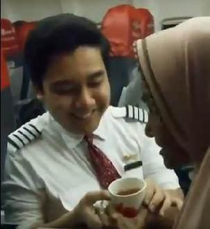 Bantu Penumpang Lansia, Pramugara Lion Air Viral dan Banjir Pujian Netizen