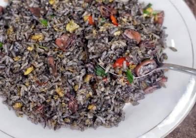 Resep Nasi Goreng Hitam yang Lagi Hits, Ikuti Juga Tips Mengeluarkan Tinta Cuminya!