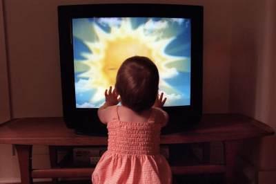 Membiarkan Anak Nonton TV Tanpa Didampingi Orangtua, Ini Bahayanya, Moms!
