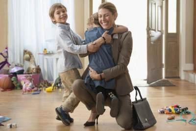 Kata Siapa Ibu Bekerja Tak Bisa Jadi Contoh yang Baik? Ini Dampak Positifnya Untuk Anak!