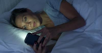 Bangun Tidur Langsung Cek HP, Ternyata Berbahaya Lho, Moms!