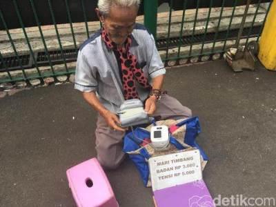 Kisah Kakek Penjual Jasa Timbang Badan di Stasiun Bogor, Ini Tips Tetap Bugar Di Usia Senja