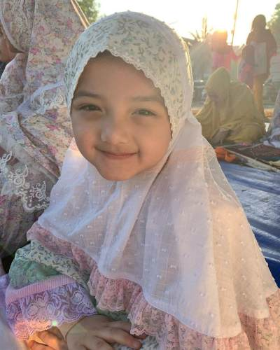 7 Potret Menggemaskan Arsy Memakai Hijab, Mirip Boneka Arab!