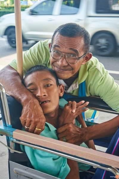 Inspiratif! Pria Tua Ini Berjualan Es Serut Seharga Rp4.500 Demi Pengobatan Anaknya yang Cacat