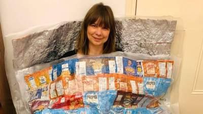 Wanita Ini Ubah Sampah Kemasan Snack Jadi Kantong Tidur, Kreatif Banget!