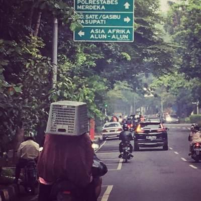 Duh, Ibu Di Bandung Ini Jadikan Keranjang Sebagai Helm Hingga Viral di Medsos