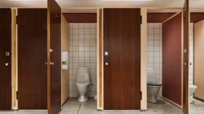 Waspada! Pria Ini Tertangkap Mengintip Wanita dari Bawah Celah Pintu Toilet Umum
