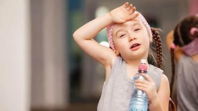 Cegah Dehidrasi, Ini 5 Tips Sederhana Membiasakan Si Kecil Minum Air Putih