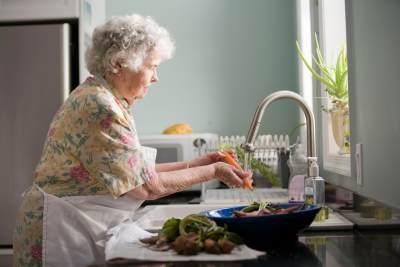 2. Cuci sayuran hingga benar-benar bersih